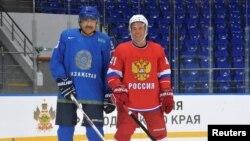Премьер-министр Казахстана Карим Масимов (слева) с российским коллегой Дмитрием Медведевым на хоккейной площадке. Сочи, 11 августа 2016 года.