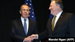 Глава МИД России Сергей Лавров (л) и госсекретарь США Майк Помпео
