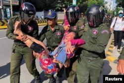 Rendőrök visznek el egy kambodzsai nőt, aki a kínai követség előtt tüntetett a kínai katonai jelenlét ellen. 2020. október 23., Phnompen