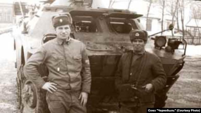 Володимир Михайлов (зліва) у період ліквідації аварії