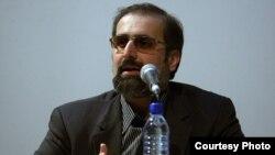 آقای داوری در توئیتر نوشته است که سلب حق نامزدی از احمدینژاد با استناد به «توصیه» آیتالله خامنهای «ناقض قانون اساسی» است.