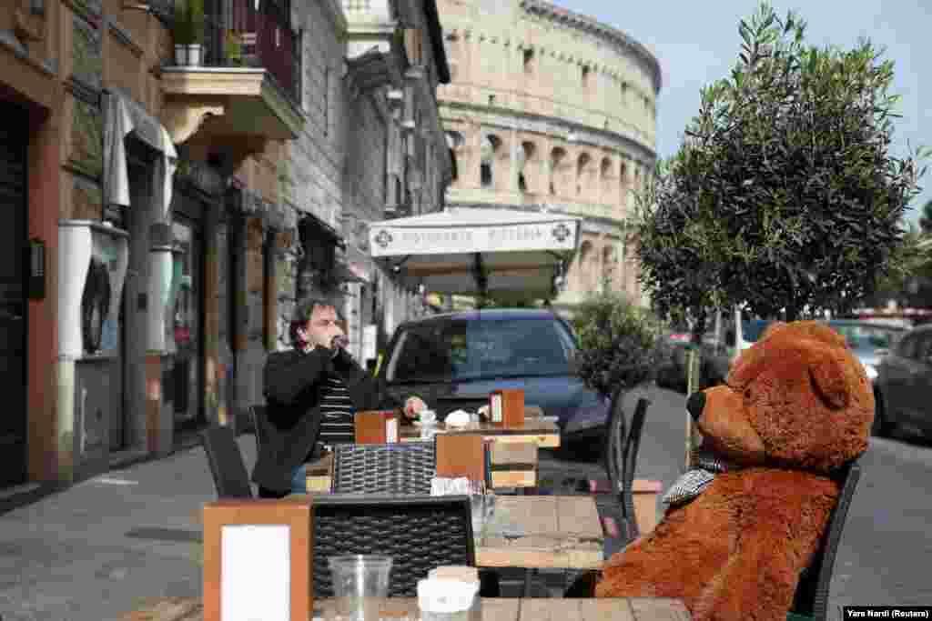 Április 26-án Olaszországban is megnyitottak az éttermek teraszai, bár ott szigorúan vették a távolságtartást - itt épp egy plüssmackó gondoskodik erről.