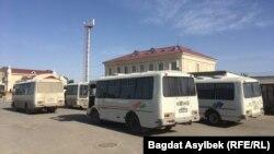 Автобусы недалеко от здания вокзала в Жанаозене.
