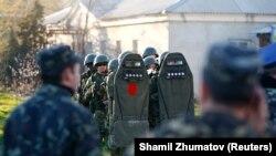 Невідомі люди в фоормі на військовій авіабазі в Бельбеку біля Севастополя, 22 березня 2014 року