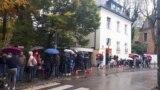 Moldovenii stau la coadă să voteze la Munchen, Germania, în alegerile prezidențiale din 1 noiembrie 2020.