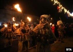 Сурвакарите в Батановци обикалят с ритуалните факли.