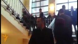 Opozita pengohet nga forcat e rendit për tu kthyer në sallë