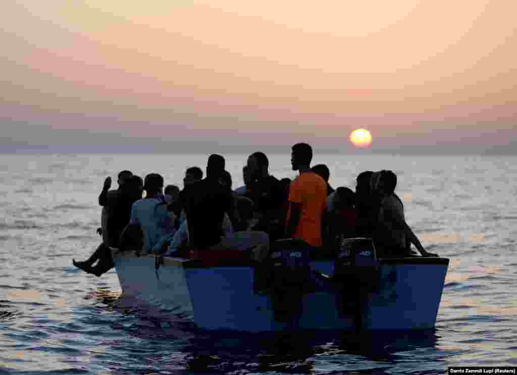 A Sea-Watch 3 mentőhajóra várnak menekültek egy csónakban a Földközi-tengeren, Líbia partjaihoz közel