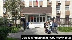 Протестующие против работы угольного разреза вышли к зданию суда в Новокузнецке, где пройдет суд над задержанным журналистом
