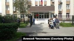 Пикеты в поддержку задержанного журналиста у здания суда в Новокузнецке