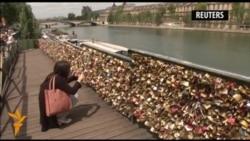 Parižiň aşyklar köprüsinden gulplar aýrylýar