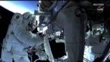 Астронавти у відкритому космосі встановлюють сонячні батареї на МКС (відео)