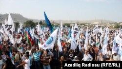 Митинг оппозиции в поддержку своего кандидата в президенты Рустама Ибрагимбекова. Окрестности Баку. 18 августа 2013 года.