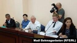 Председатель Союза журналистов Казахстана Сейтказы Матаев (в центре), его сын Асет Матаев (второй слева), адвокаты Андрей Петров (второй справа) и Мадина Бакиева на предварительных слушаниях в суде. Астана, 3 августа 2016 года.