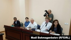 Председатель Союза журналистов Казахстана Сейтказы Матаев (третий слева) и его сына Асет Матаев (второй слева) в суде № 2 Есильского района Астаны, 3 августа 2016 года.