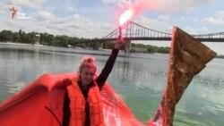 Художниця Куликовська спустила пліт «Крим» на воду в Києві (відео)