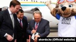 Президент Казахстана Нурсултан Назарбаев по прибытии в Москву, 14 июня 2018 года.
