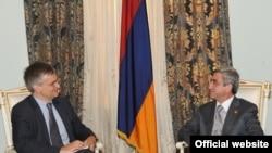 Всчтреча президента Армении Сержа Сргсяна со спецпредставителем Евросоюза по Южному Кавказу Питером Семнеби в Ереване (архивное фото)