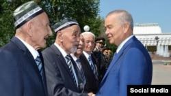 Президент Ислам Каримов беседует с аксакалами в ходе своей поездки в одну из областей.