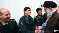 Ali Khamenei İran İnqilab Qvardiyasının zabitlərini salamlayır.
