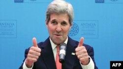 АҚШ мемлекеттік хатшысы Джон Керри НАТО елдері сыртқы істер министрлерінің кездесуінде сөйлеп тұр. Анталья, Түркия, 13 мамыр 2015 жыл.