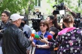 Редактор журнала «Жулдыздар отбасы. Аныз адам» Жарылкап Калыбай говорит с журналистами. Алматы, 11 мая 2014 года.