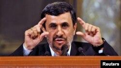 Махмуд Ахмадинежад выступает в Гаванском университете. 11 января 2012 года