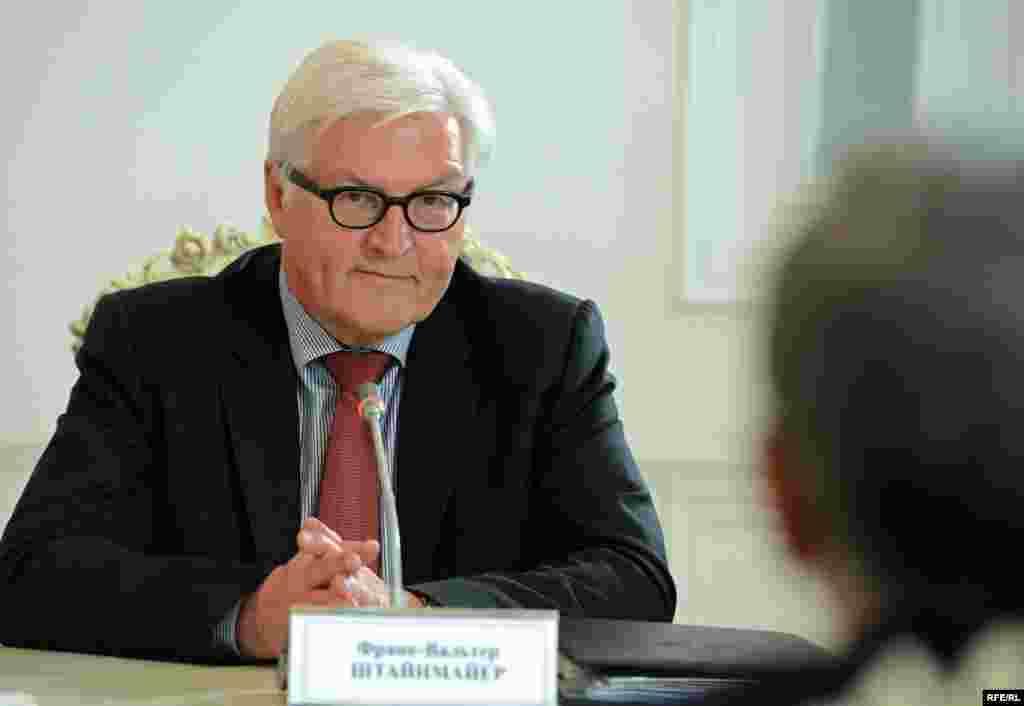 «С тех пор прошло очень много времени, но я рад, что мы сегодня имеем возможность побеседовать в добром расположении духа, как это было ранее», - сказал Франк-Вальтер Штайнмайер, подчеркнув важность продолжения переговоров относительно дальнейшего развития кыргызско-германских отношений, которые на сегодняшний день активно развиваются.