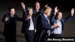 سه زندانی آزادشده با هواپیمای وزیر خارجه آمریکا به حومه واشینگتن وارد شدند
