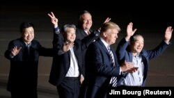 Президент Дональд Трамп Түндүк Корея камактан бошоткон үч америкалыкты аэропорттон тосуп алган учур. 10-май, 2018-жыл.