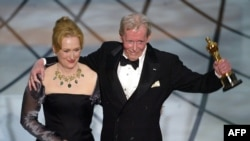 پیتر اوتول به هنگام دریافت جایزه افتخاری اسکار در سال ۲۰۰۳ همراه با مریل استریپ.