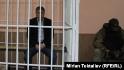 """Кылмыштуу дүйнөнүн """"аталыгы"""" атыккан Камчы Көлбаев сотто."""