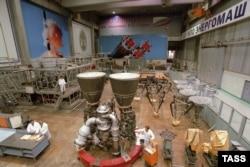 """Двигатель РД-180 на площадке российского """"НПО Энергомаш"""", июль 2003 года"""
