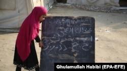 Илустрација - Ученичка на час во авганистанско училиште на отворено