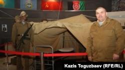 «Боевое братство» қоғамдық ұйымының жетекшісі, запастағы полковник Сергей Пашевич «Ауғанстан - жаралы жүрегімде: 25 жыл өткен соң» деген тақырыппен көрмесінде тұр. Алматы, 5 ақпан 2014 жыл.