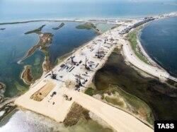 Вид на будівництво Керченського моста. Росія, Краснодарський край, серпень 2016 року