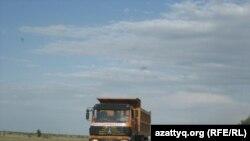 Алматы-Ташкент күрежолындағы жүк көліктері. Жамбыл облысы, 18 шілде 2010 жыл.