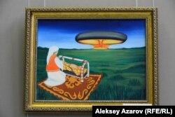 """Кәріпбек Күйіковтің """"Радиоактивті балалық шақ"""" картинасында бесікке бала бөлеп жатқан ана мен ядролық бомба сынағы бейнеленген."""