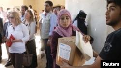 Раздача гуманитарной помощи сирийским беженцам