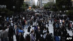 Люди зібралися на площі в Афінах, аби вшанувати пам'ять чоловіка, що застрелився через матеріальну скруту