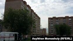 Аварийный дом 1/136 (второй слева) в микрорайоне Алгабас-6, жильцы которого были эвакуированы в ночь на 2 июня. Алматы, 2 июня 2016 года.