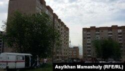 Аварийный дом 1/136 микрорайона Алгабас (слева), жильцы которого были эвакуированы вечером 1 июня в связи с креном здания.