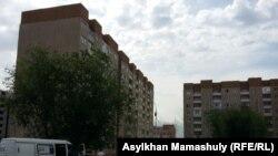 Аварийный дом 1/136 в микрорайоне Алгабас (слева), жильцы которого были эвакуированы вечером 1 июня в связи с креном здания.