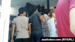 Türkmenistanyň Stambuldaky konsullygynyň köne pasportly türkmenistanlylara arza we soragnama berýän otagy