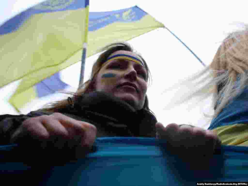 У рамках відзначення Дня Соборності громадські активісти у Києві живим ланцюгом з'єднали береги Дніпра