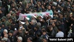 Ирандық полицейлер сопылық тариқатының өкілдерімен қақтығыста қаза тапқан полицейді жерлеу рәсімінде. Тегеран, 22 ақпан 2018 жыл.