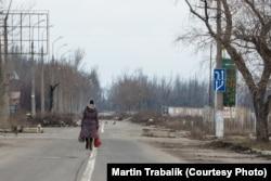 Женщина возвращается домой: район Донецка неподалеку от линии соприкосновения. Сюда не ездит общественный транспорт с момента начала конфликта