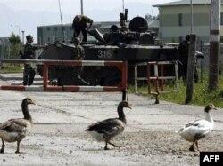 Российские военные на временно занятой ими базе в Сенаки (Грузия), август 2008 года