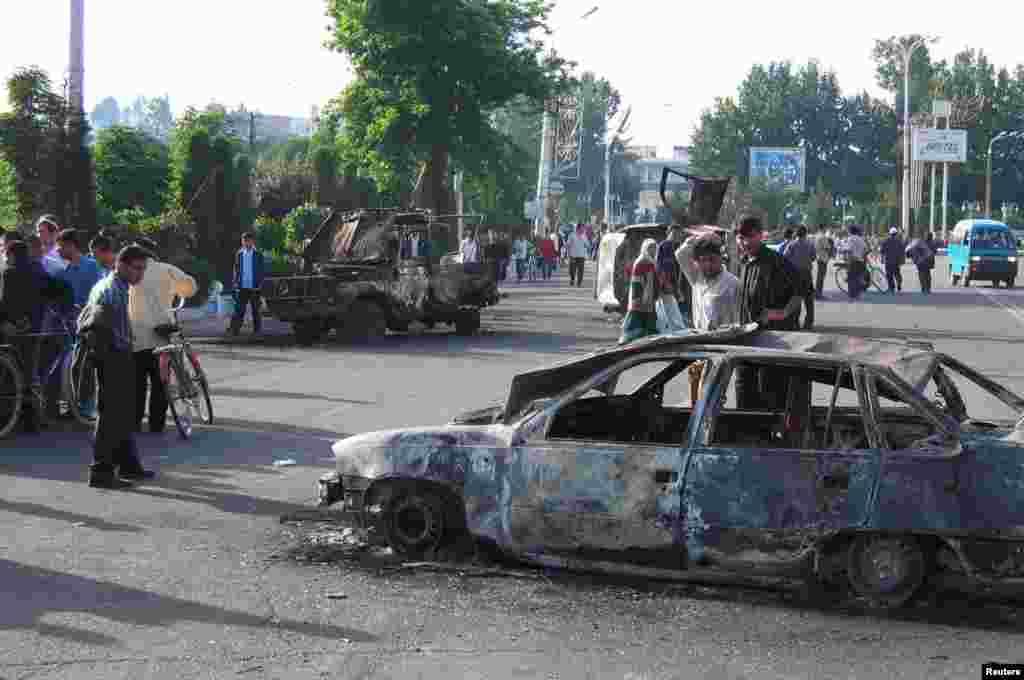 Спалені автомобілі на вулицях Андижана