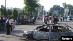 Андижанцы боятся звуков выстрелов, так как 12 лет назад в городе произошли трагические события.